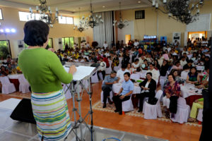 Sen Cynthia Villar speaks in front of the huge crowd at the SIPAG Awards Event